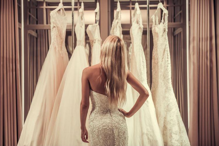 ウェディングドレスを見る女性