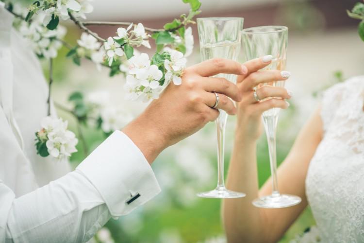 グラスを持つ新郎新婦