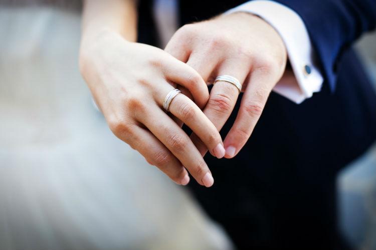 結婚指輪をはめる新郎新婦