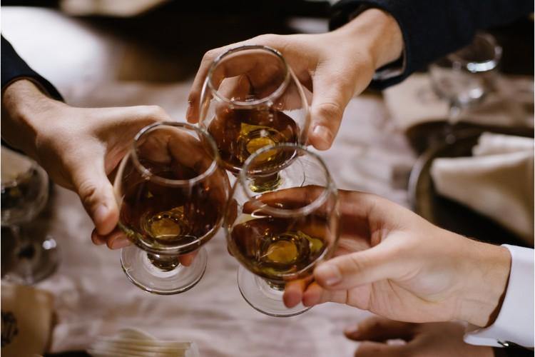 乾杯する人たち