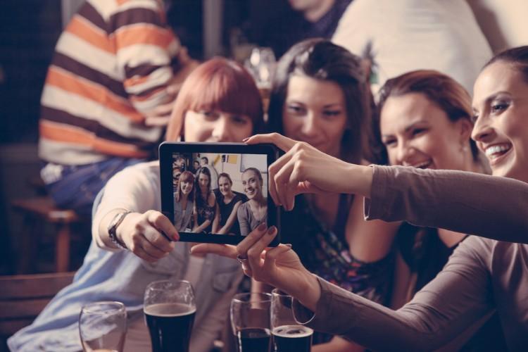 写真を撮る女性たち