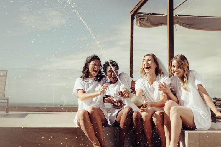 シャンパンを開ける女性たち