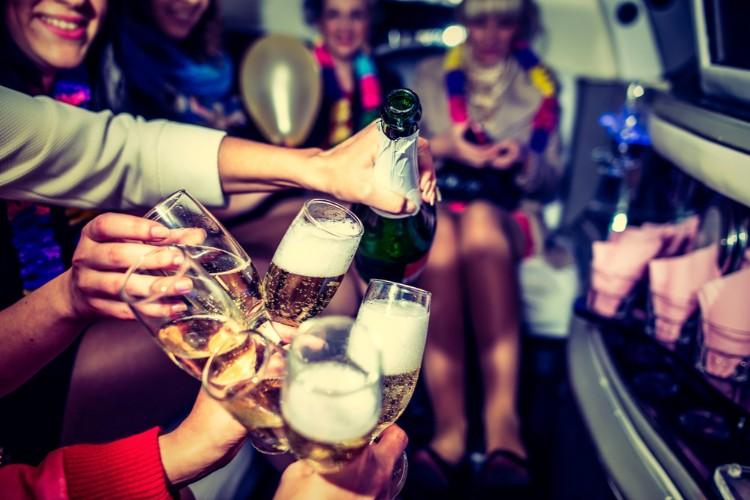 リムジンでお酒を飲む女性たち