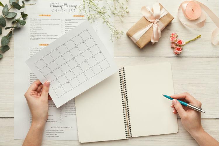 スケジュールをノートに書く女性