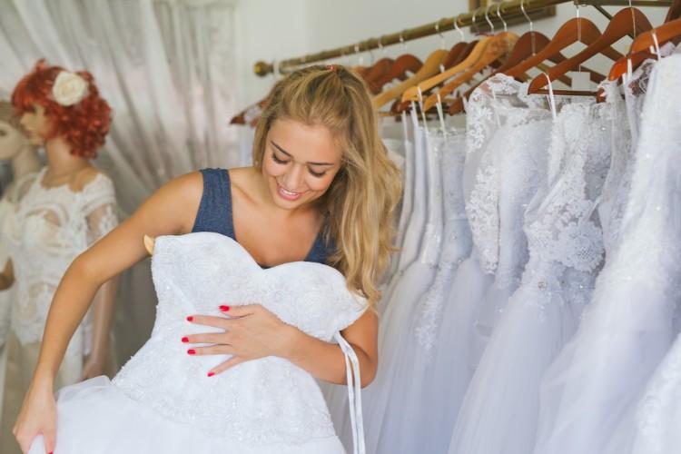 ウェディングドレスを合わせる女性