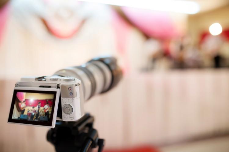 式を撮影するビデオカメラ