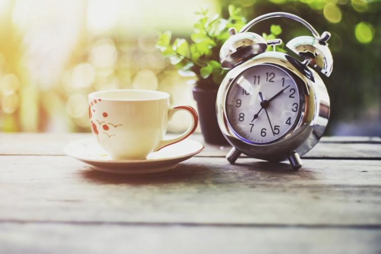 マグカップと時計