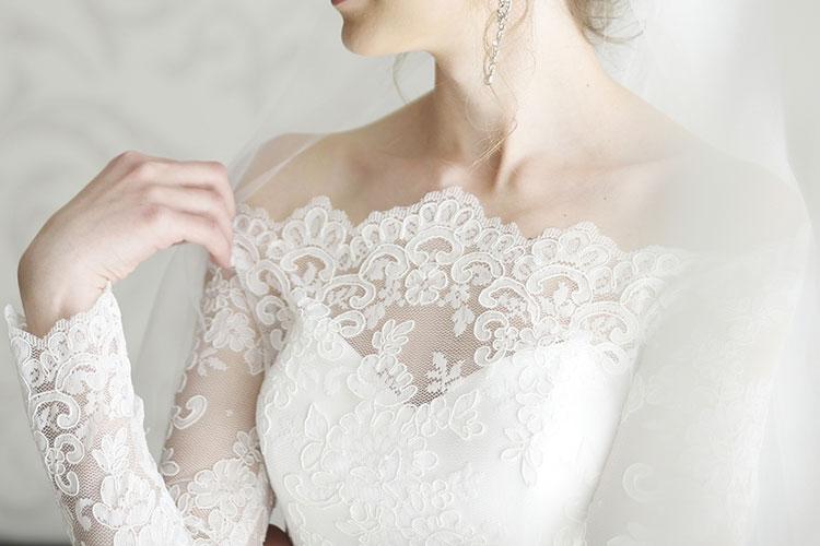 デコルテが綺麗に見えるウェディングドレスデザイン11選