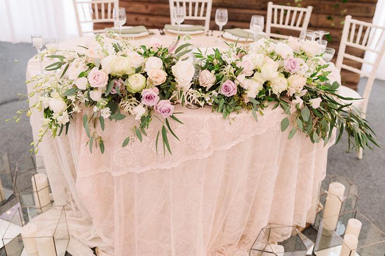 結婚式の『装花』の相場と、装花なしでもOK!節約アイディア
