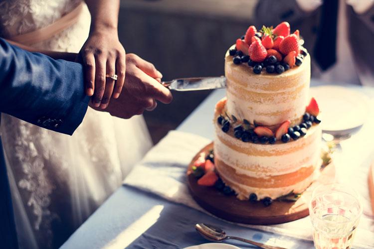 ウェディングケーキの値段相場まとめ。ケチってもかわいく見せる節約術