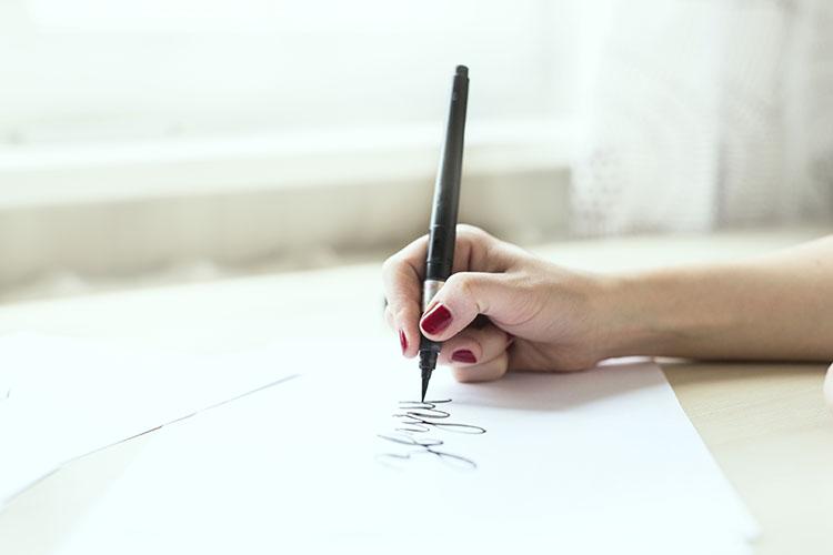 筆ペンで書く人