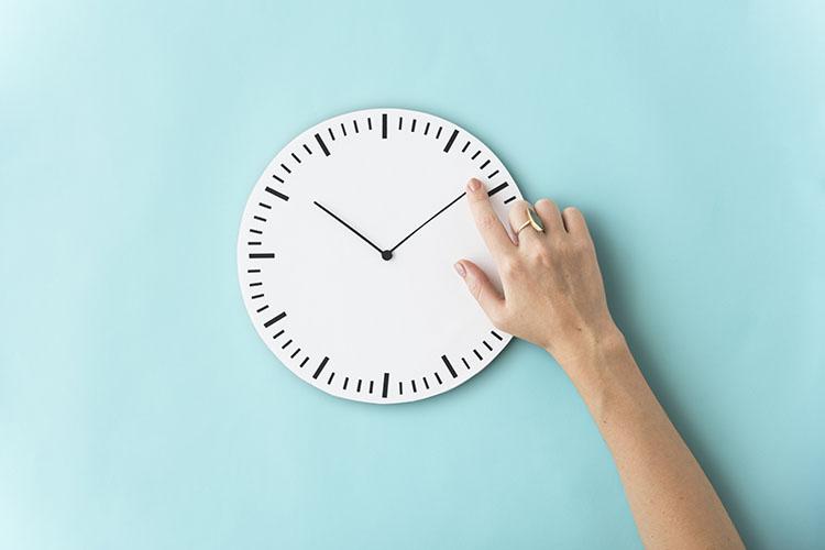 時計を指差す人