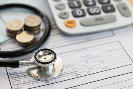 結婚後の健康保険変更手続き「何」を「いつまで」に?【共働き・退職】