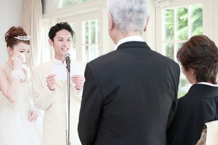 bdfd8018d4340 例文付き 結婚式で新郎も手紙を読もう!基本の内容と書き方