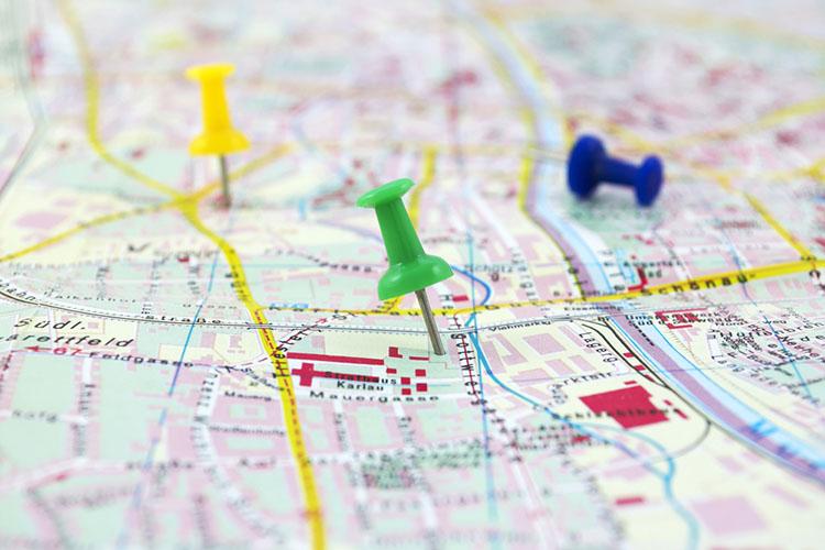 画鋲の刺さった地図