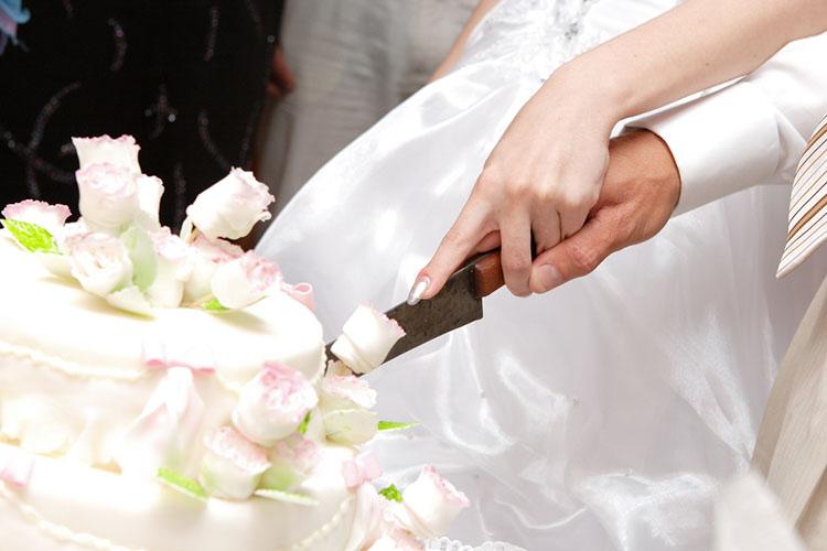 ケーキカットをするカップル