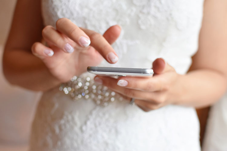 携帯を操作する新婦