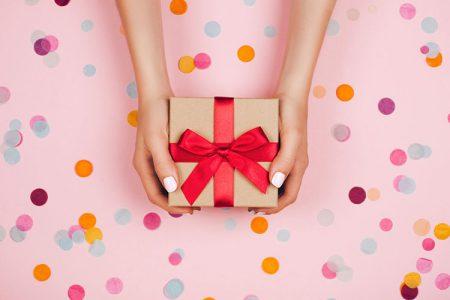 赤いリボンのついたプレゼント
