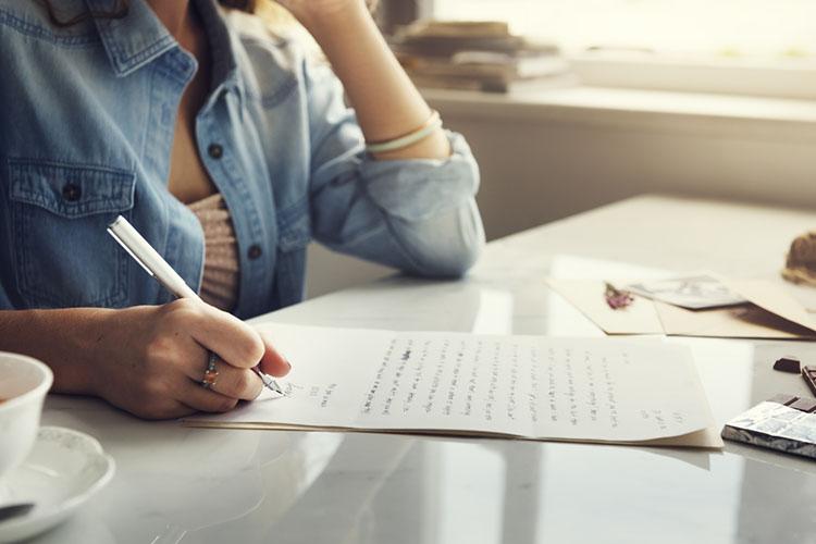 司会の台本を書く女性