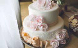 リボンの装飾のウェディングケーキ