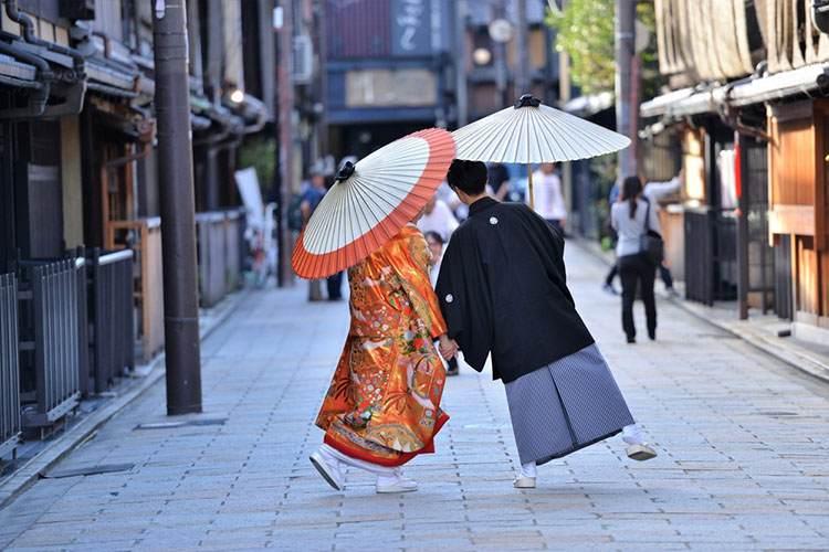 和装を着てあるくカップル
