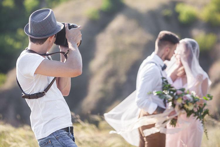 新郎新婦を撮るカメラマン