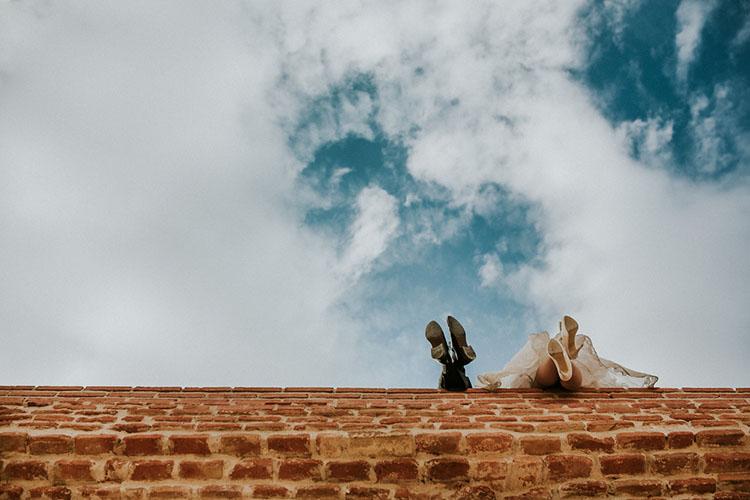 屋根の上にいる新郎新婦