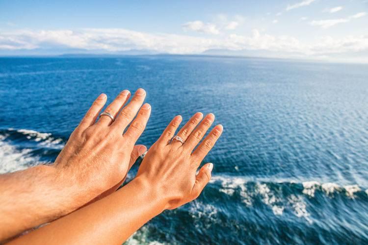 結婚指輪をしたカップルの手