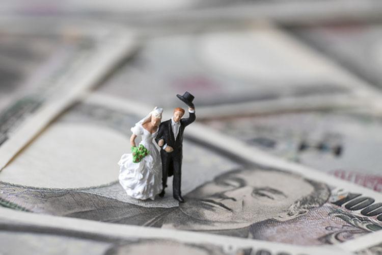 結婚式のための貯金はいくら必要?みんなの貯金額と貯めるコツ