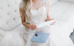 手紙を読む花嫁