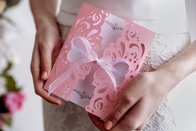 手紙を持つ花嫁