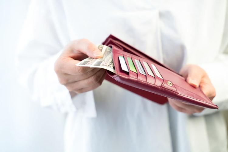 財布からお金を出す人