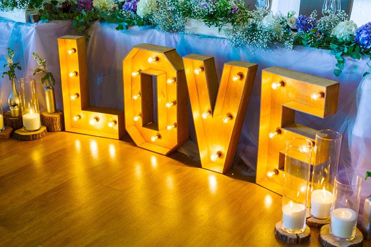 インパクト大!会場装飾『マーキーライト』は海外花嫁を参考に