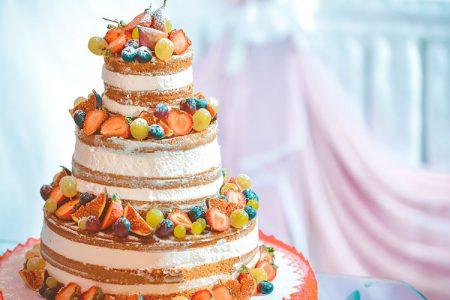 フルーツたっぷりのウェディングケーキ