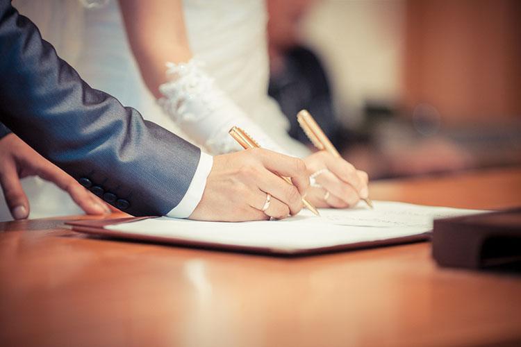 結婚誓約書を書く新郎新婦