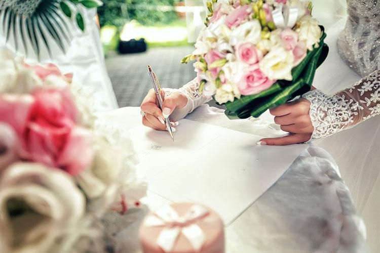 結婚誓約書を書く新婦