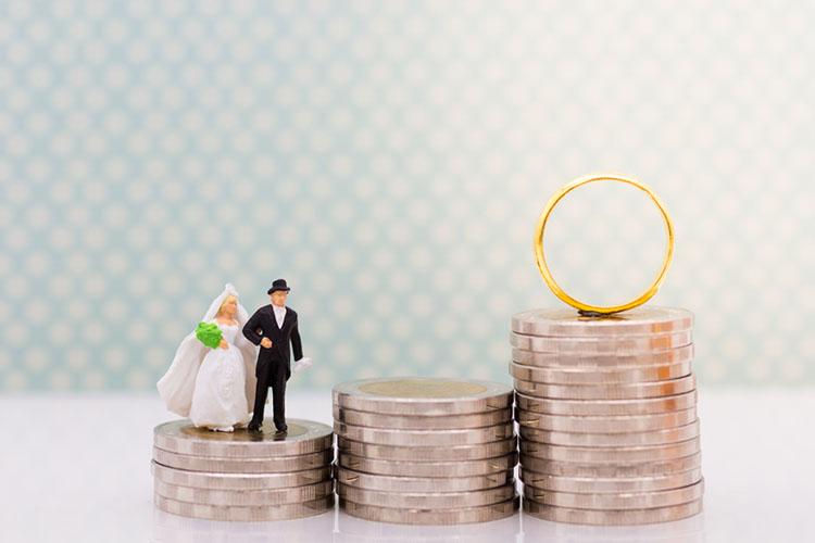 お金と新郎新婦の人形