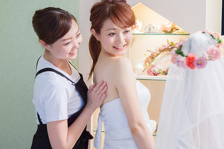 ウェディングドレスを着ながら施術部位を確認できる(美4サロン)