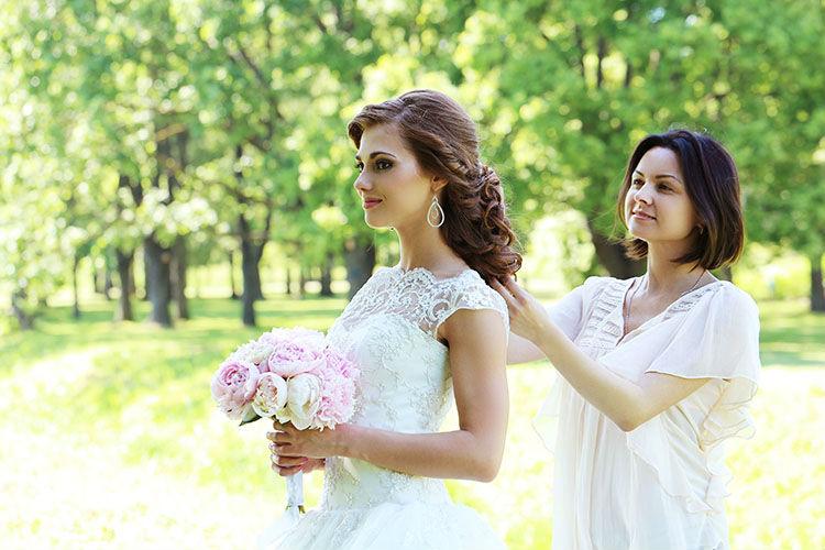 ヘアセットをする花嫁