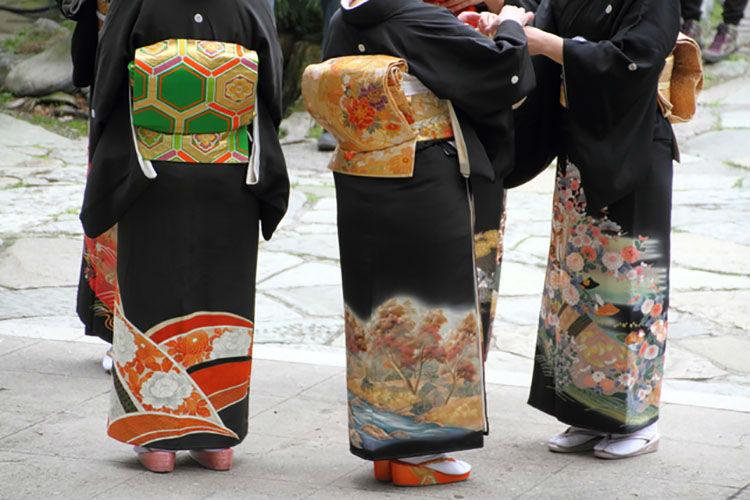 和装を着る女性たち