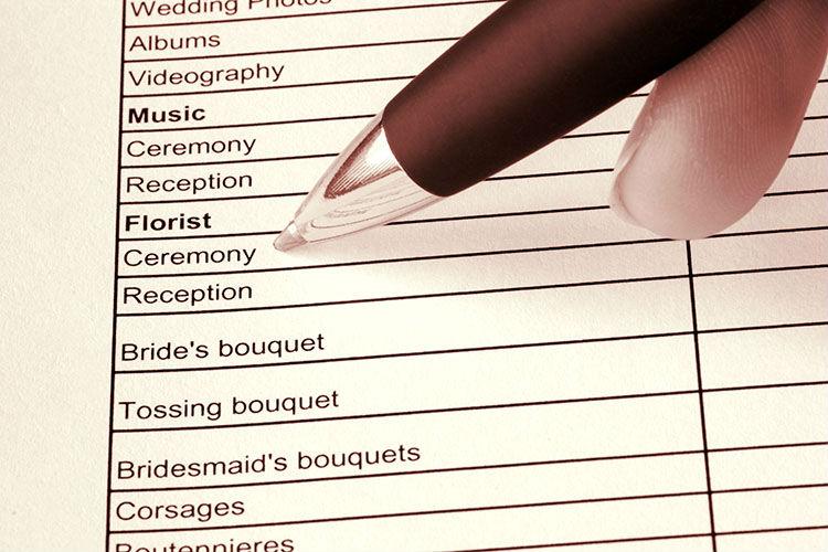 結婚式の見積もりで「見落としやすい項目」と注意ポイント
