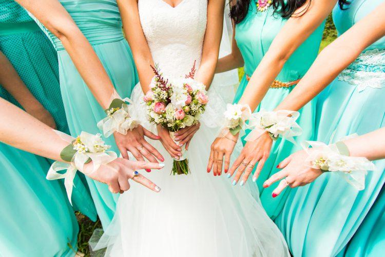 友人に結婚報告する時のマナー【順番・方法・注意点】