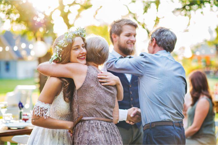 離婚した両親を結婚式に呼ぶ?父母参加の演出はどうすればいい?