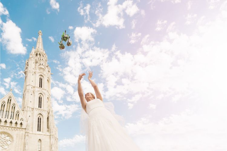 ブーケトスをする花嫁