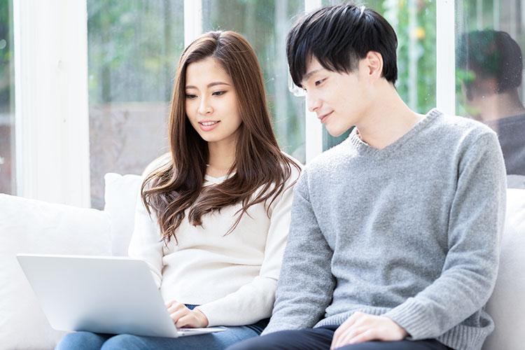 パソコン作業をするカップル