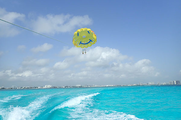 カリブ海でパラセーリング