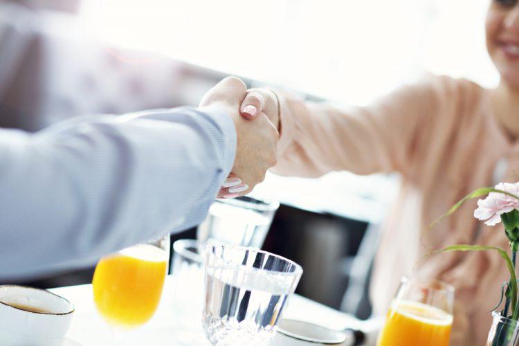 婚姻届の証人選びの基礎知識。20歳以上の2名ならだれでもOK
