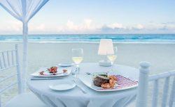 カンクンのビーチでロマンチックディナー