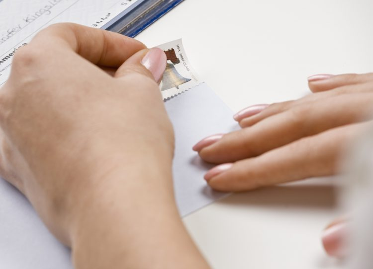 切手を貼る