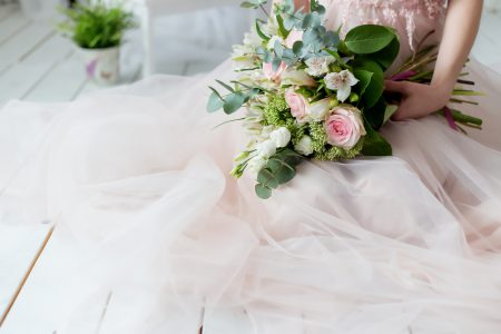 ピンクのドレスとブーケ